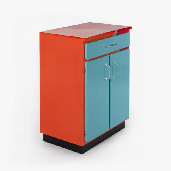 Buffet vaisselier éthique orange, rouge, bleu et noir