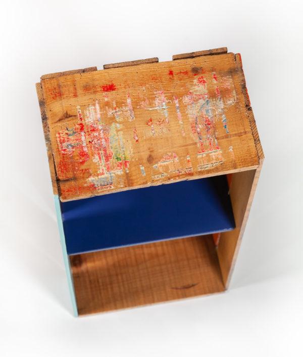 Étagère avec inscriptions ancienne caisse fabrication écoresponsable