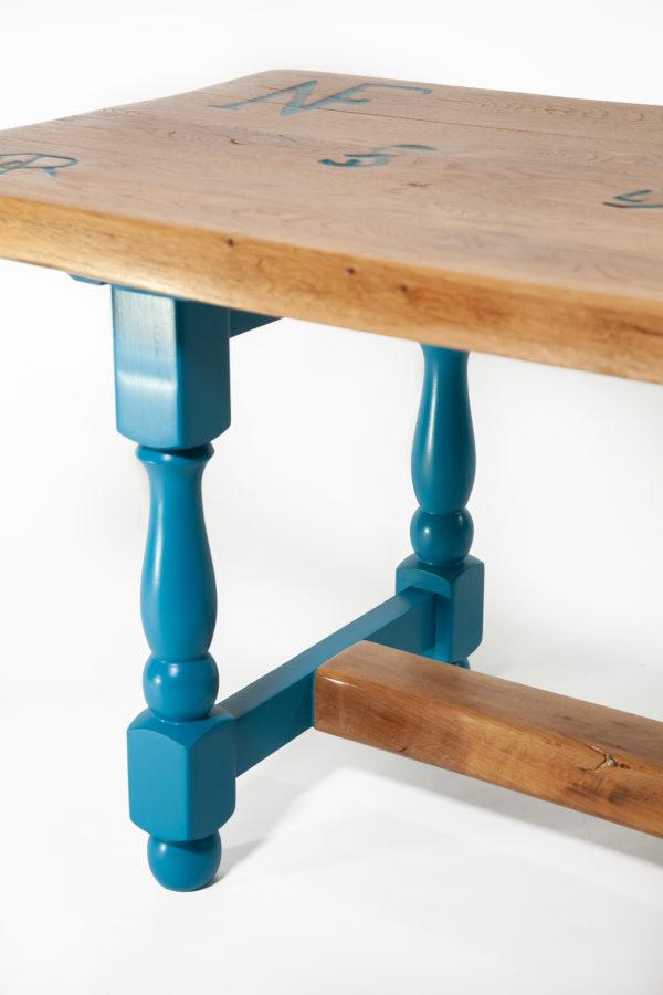Table basse chêne pieds bleus inscriptions meuble éthique
