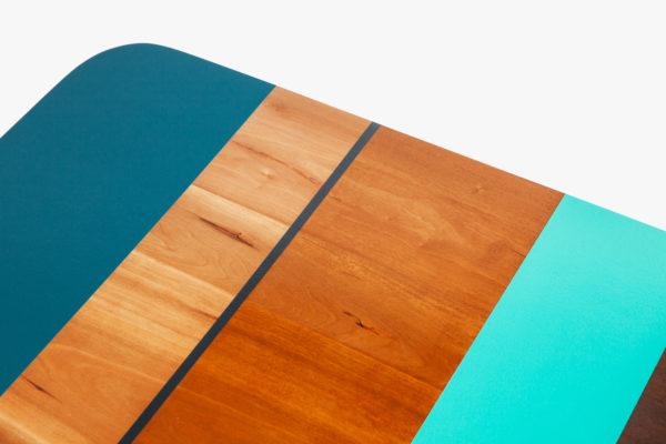 Table basse design multicolore en bois