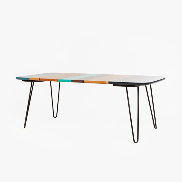 Table basse design multicolore en bois sur pieds épingles