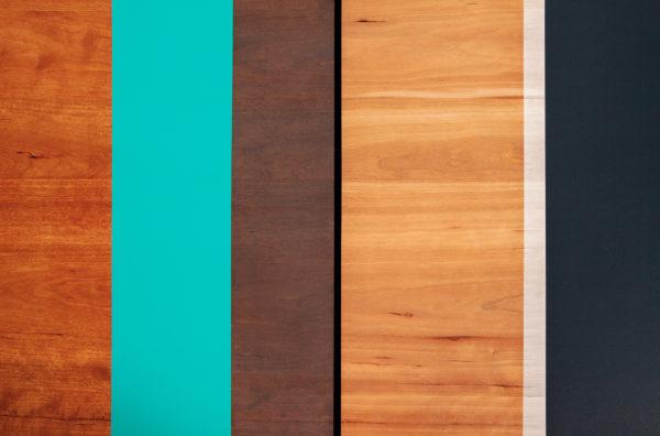 Table basse écoresponsable en bois bandes multicolores