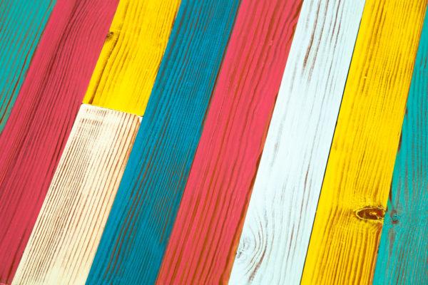 Table basse lattes bois colorées écoresponsable