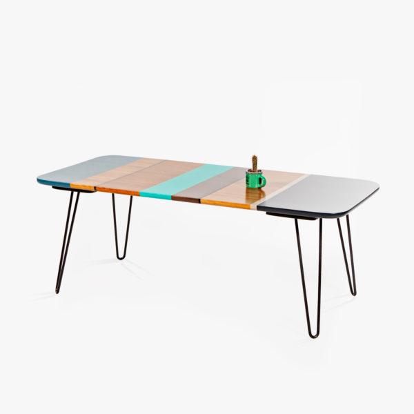 Table basse design colorée en bois massif sur pieds épingles