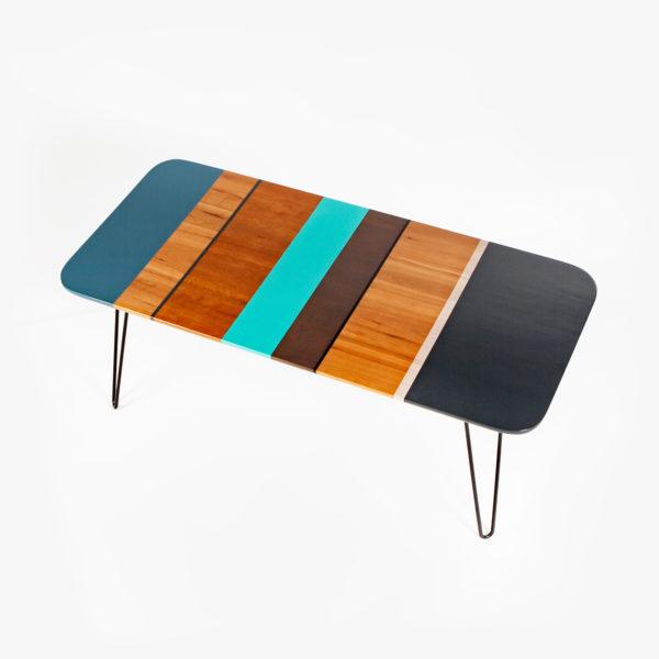 Table basse colorée design aux pieds épingle