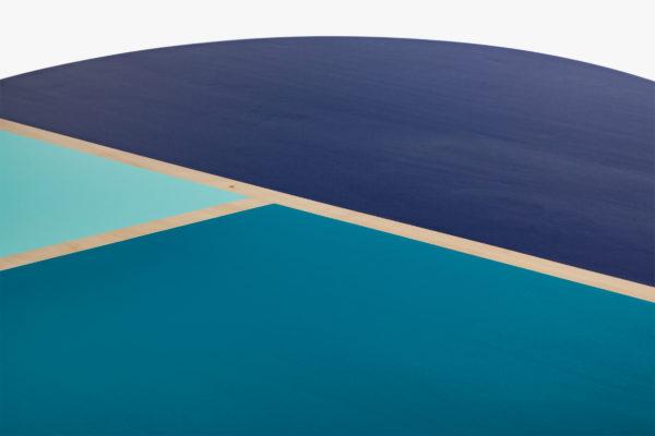 Table bois éthique bleue design lignes géométriques