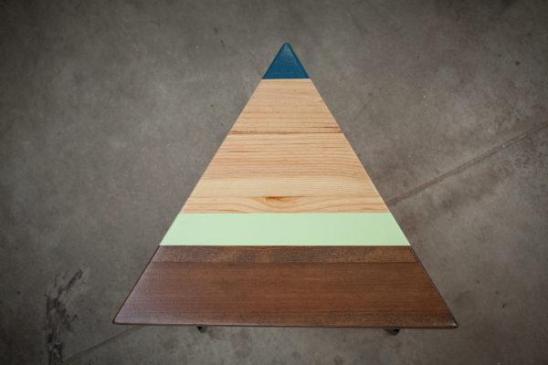 Chevet triangulaire en bois design géométrique coloré