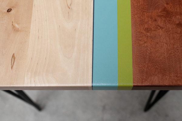 Bureau bois recyclé design bandes colorées