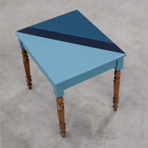 Table en bois éthique avec bandes de bleus