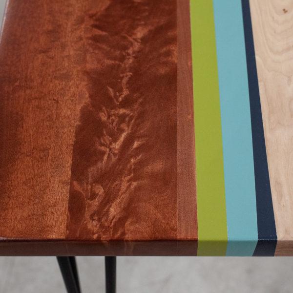 Table en bois customisé design géométrique