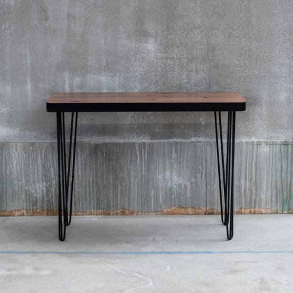 Console écoresponsable en bois sombre et noir sur pieds en métal