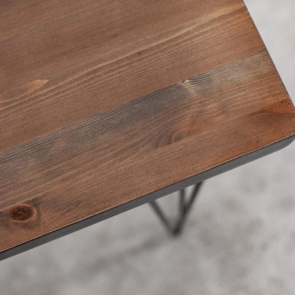 Console en bois massif recyclé sombre sur pieds acier