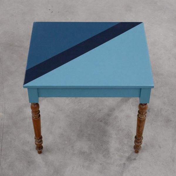 Table en bois écoresponsable au design géométrique coloré