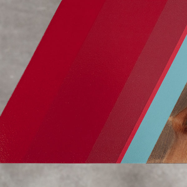 Table basse design aux bandes colorées rouges et verte