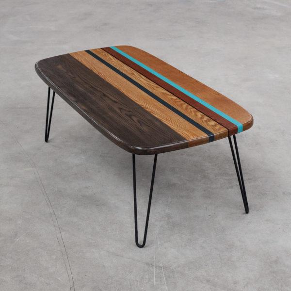 Table basse écoresponsable en chêne coloré sur pieds épingles