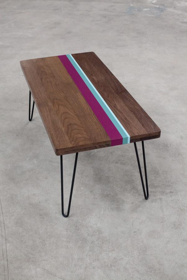 Table basse en chêne design coloré sur pieds épingles