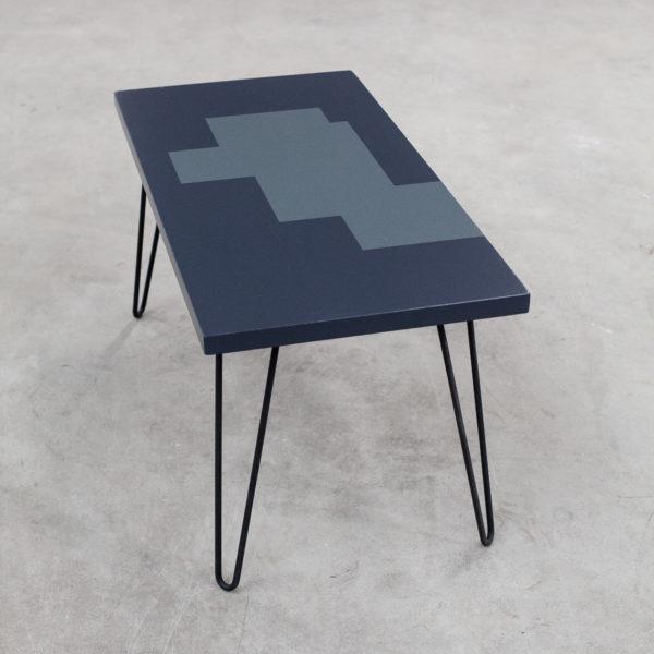 Table basse écoresponsable au design géométrique sur pieds métal