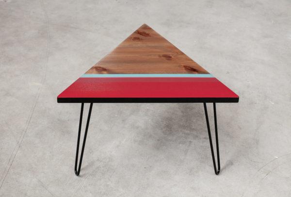 Table basse design aux bandes colorées sur pieds épingles