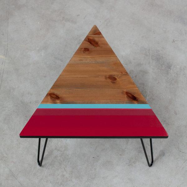 Table basse design géométrique coloré sur pieds en acier