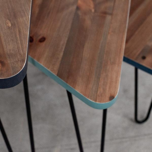 Tables gigognes triangulaires en bois recyclé aux jolis arrondis et chants bleus et verts