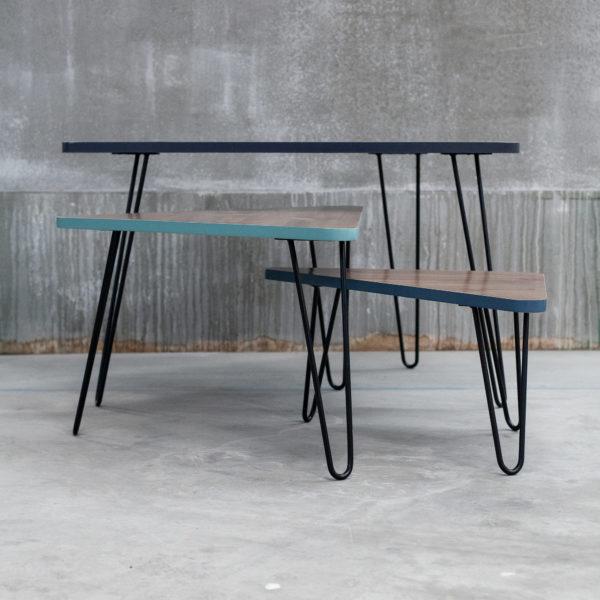 Tables gigognes triangulaires design en bois massif recyclé et bandes bleues vertes