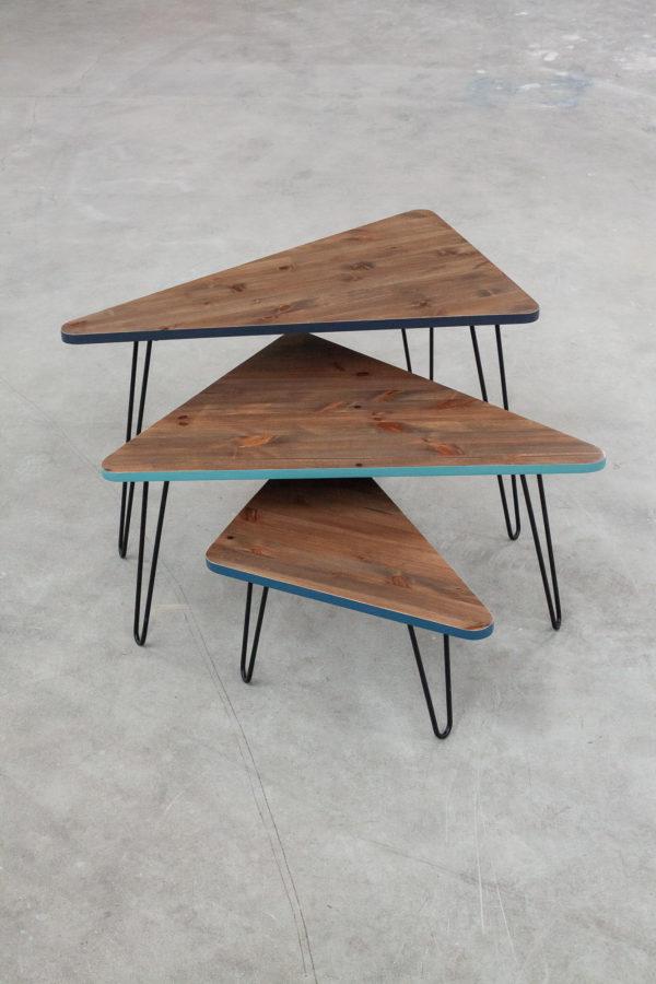 Tables gigognes triangulaires design en bois massif recyclé et aux chants colorés