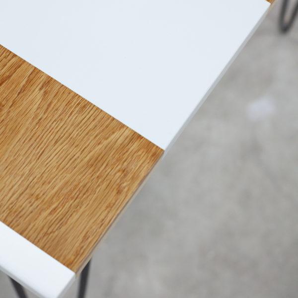 Console en bois aux bandes colorées pastels